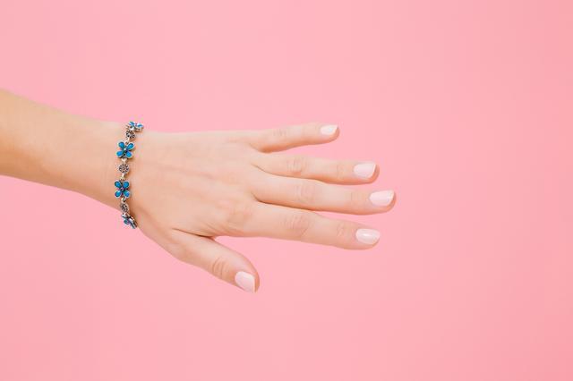 画像: 指を使ったアイシャドウテク