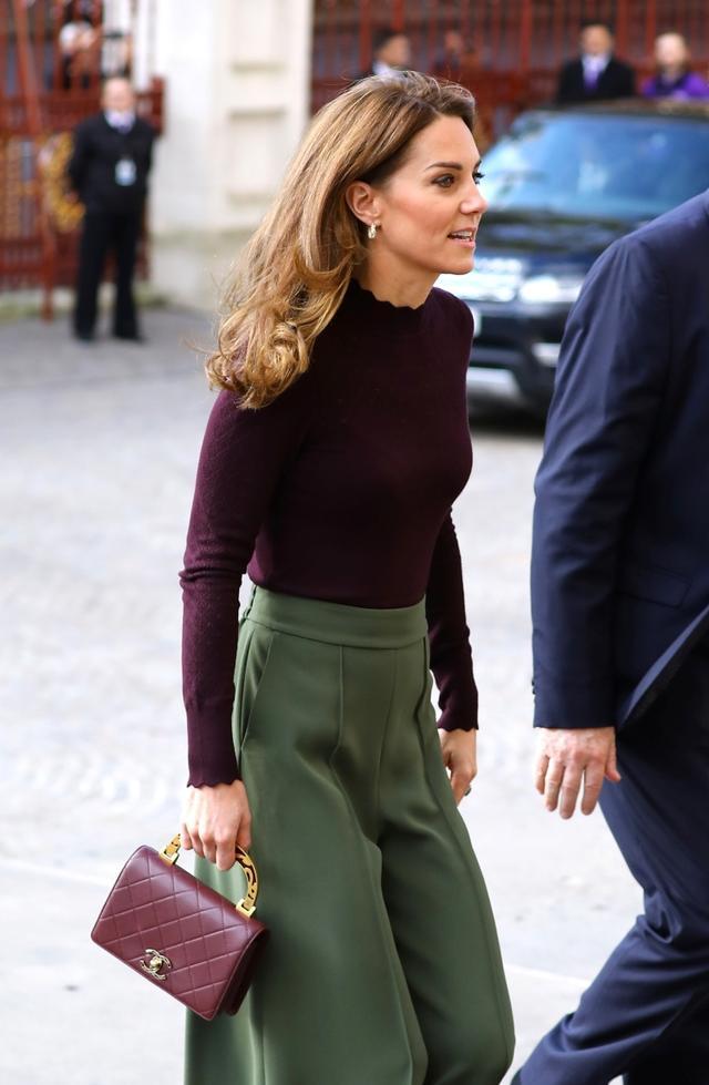 画像: ニットの裾はINして、すっきりと脚長に見せて。
