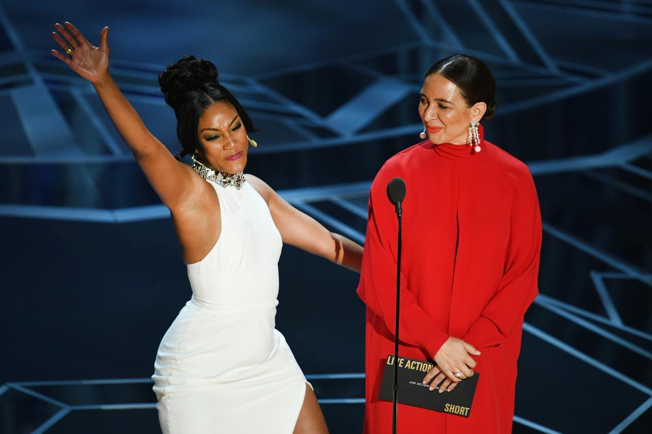 画像: 2017年の番組『サタデー・ナイト・ライヴ』で着たドレスを翌年2018年のアカデミー賞で再び着用。