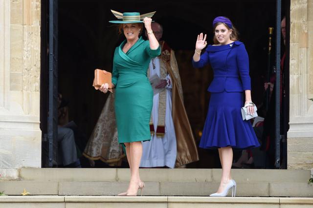 画像: 娘たちや元夫のアンドルー王子との関係は良好で、エリザベス女王には嫌われているというものの、2018年春秋に行なわれたユージェニー王女と夫ジャック・ブルックスバンクのロイヤル・ウェディングにも参加した。写真は長女のベアトリス王女と。