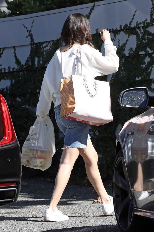 画像: 車から降り、荷物を持ってナイル宅へと入っていくセレーナ。 twitter.com