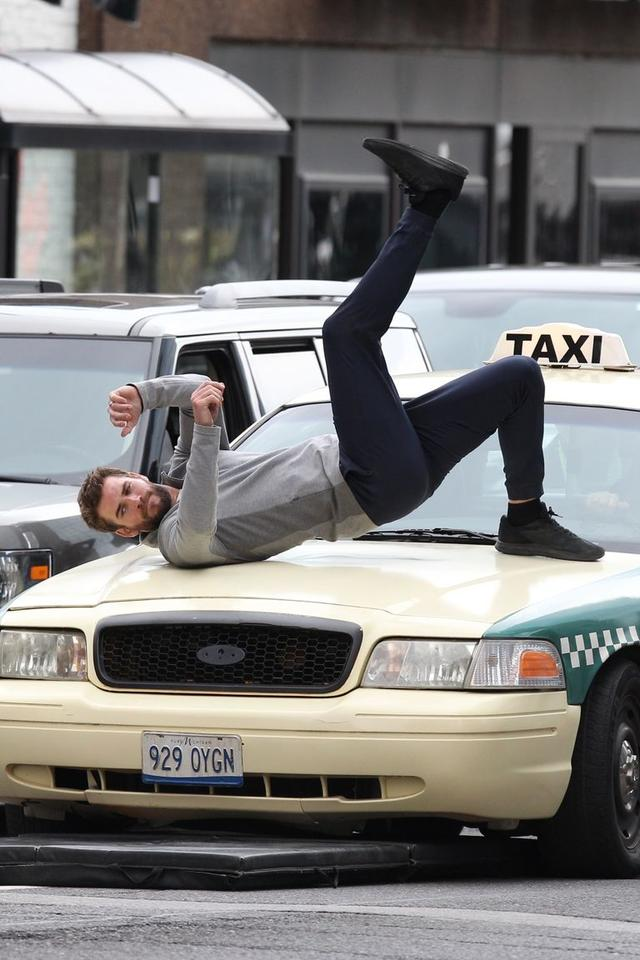 画像: タクシーにはねられるシーンをスタント無しで撮影するリアム。 twitter.com