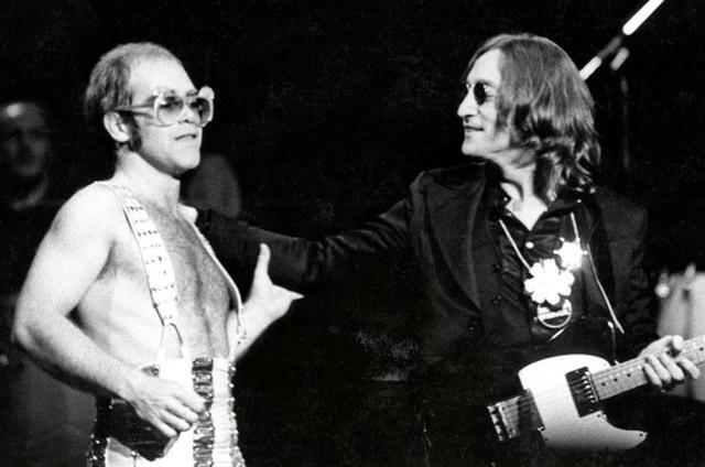 画像: 1974年、エルトンのコンサートにゲスト出演したジョン。