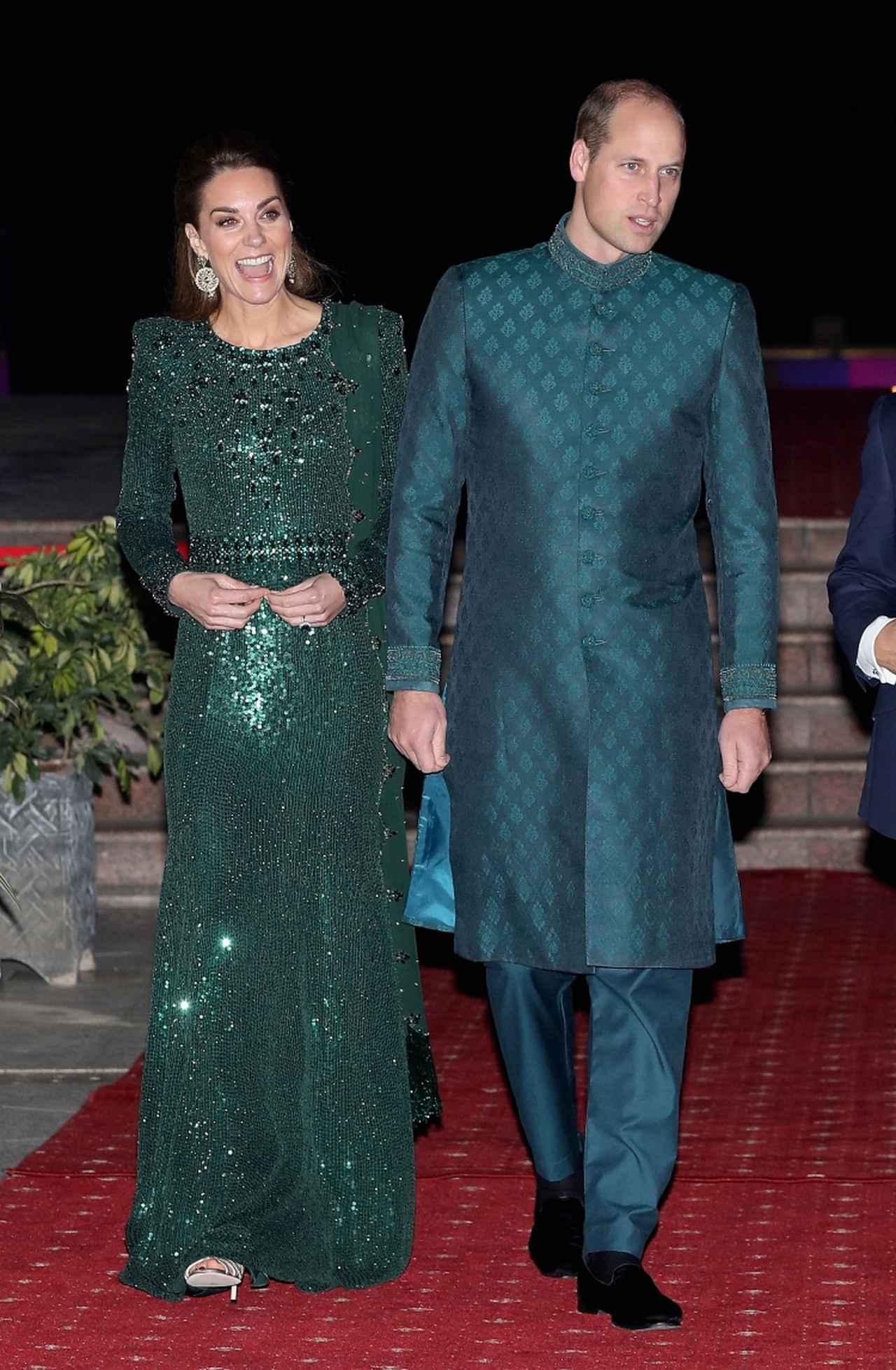 画像: キャサリン妃はお気に入りブランドJenny Packham(ジェニー・パッカム)のディープエメラルドのスパンコールがびっしりと配されたドレスを着用。