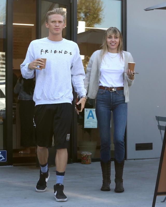 画像: 熱愛が報じられてからほぼ毎日一緒に過ごしているコーディーとマイリー。この日は行きつけのカフェでコーヒーをテイクアウト。