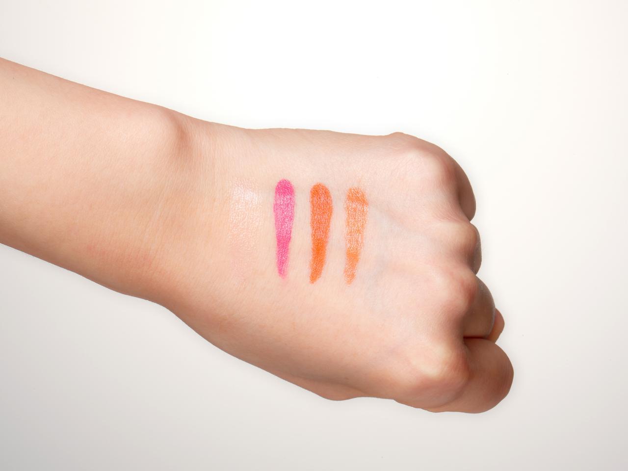 画像: チークは直接塗らず、手の甲に乗せる
