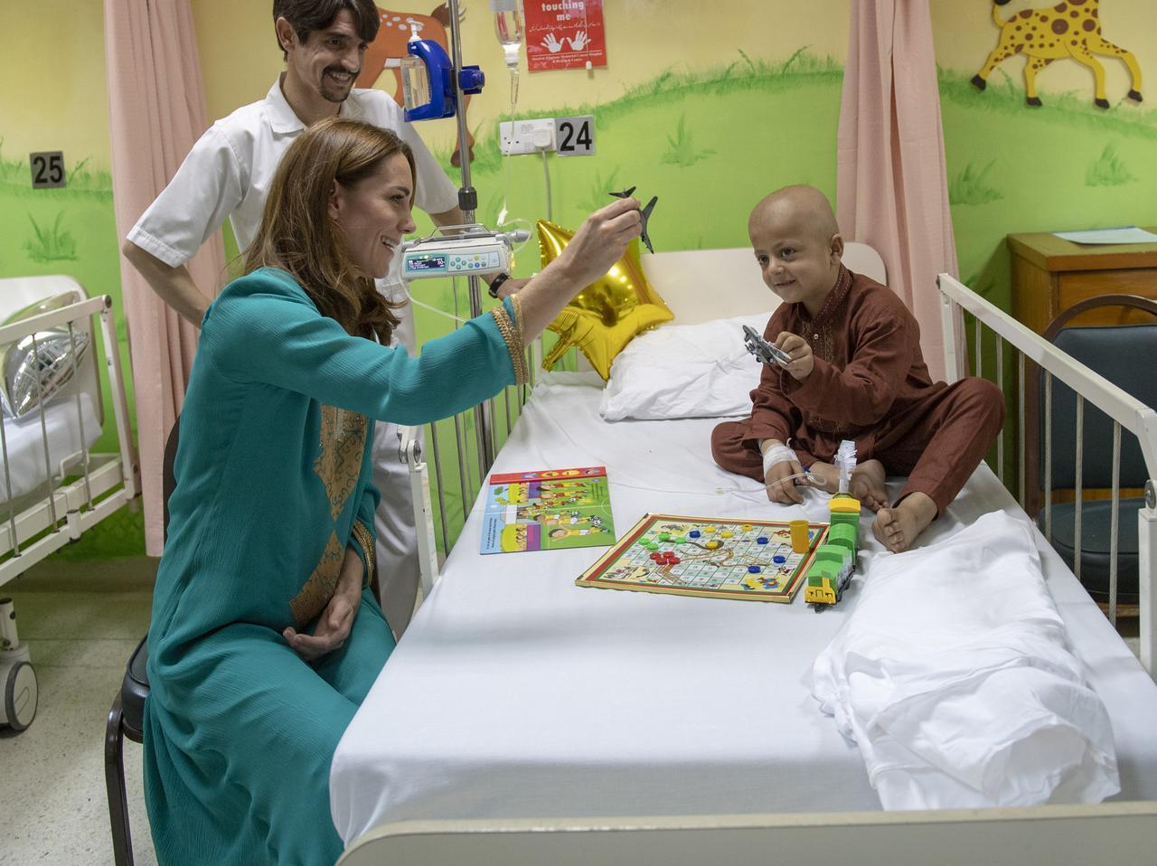 画像2: キャサリン妃がおもちゃのティアラを着用