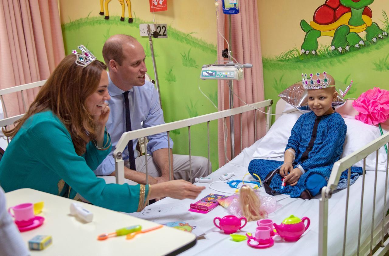 画像4: キャサリン妃がおもちゃのティアラを着用