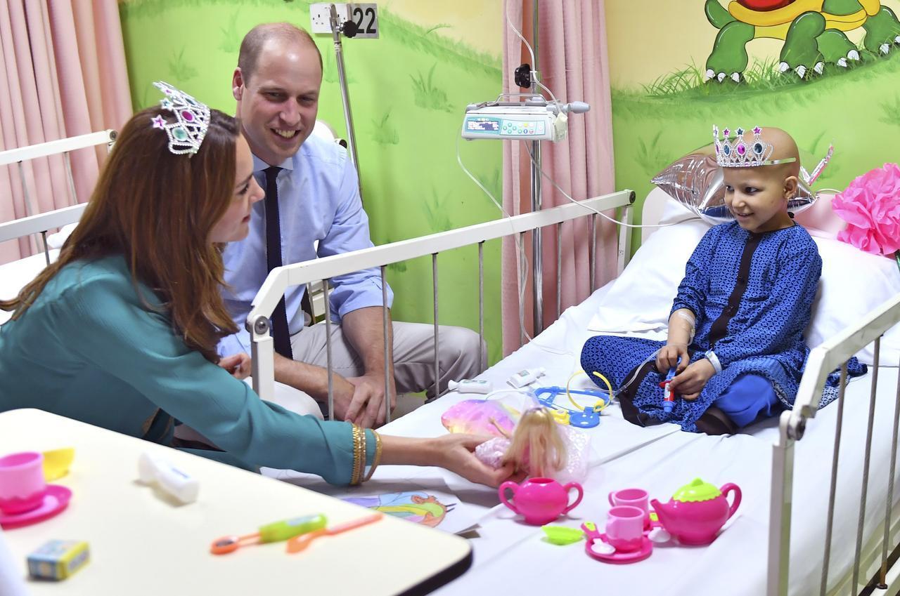 画像3: キャサリン妃がおもちゃのティアラを着用