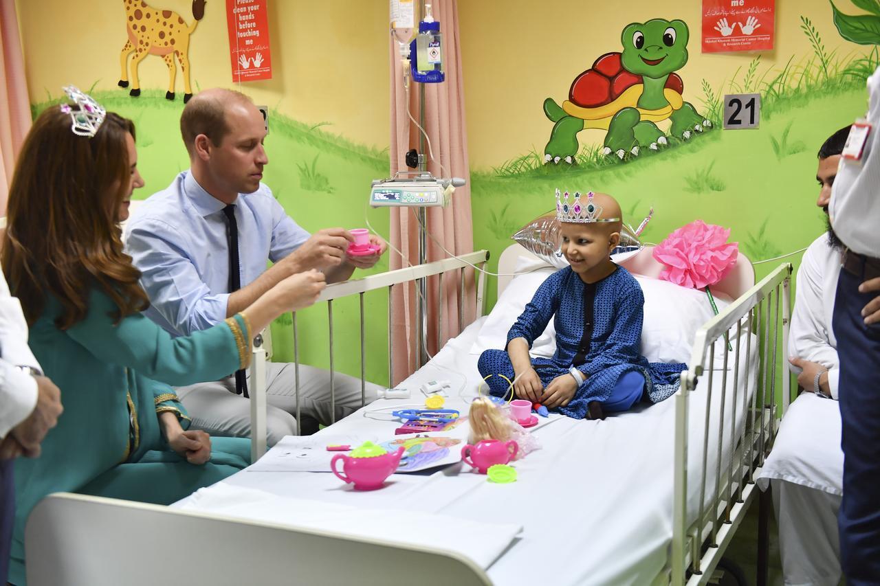 画像5: キャサリン妃がおもちゃのティアラを着用