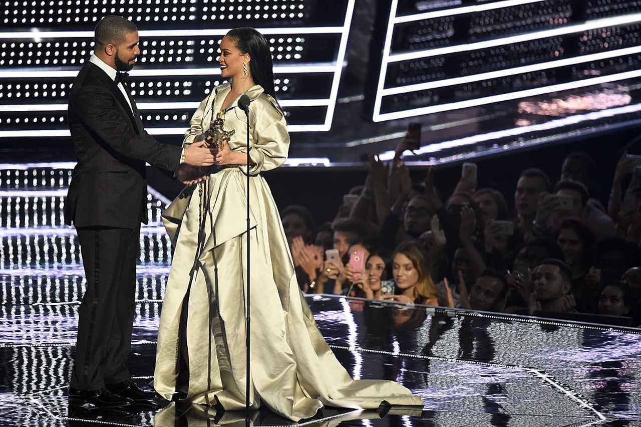 画像: 2016年のMTVビデオ・ミュージック・アワード(VMA)で特別賞を受賞したドレイクは、リアーナに向けて「愛の告白」とも取れる情熱的なスピーチを贈った。