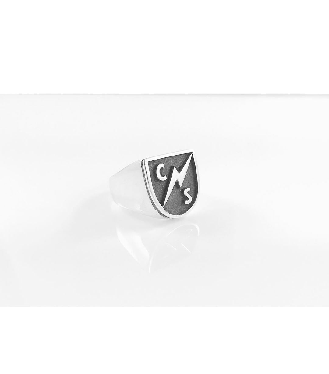 画像: マイリーが特注した指輪のデザインは?