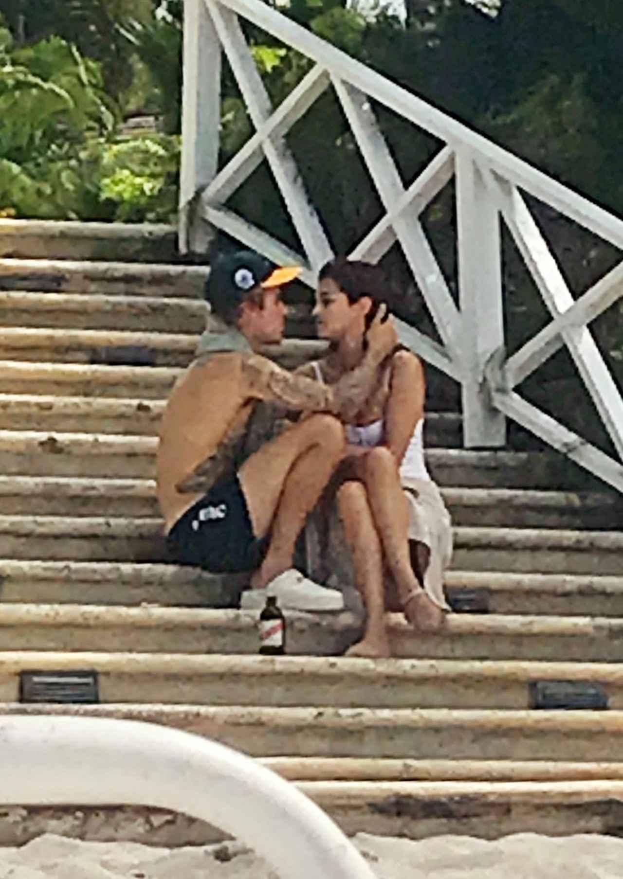 画像: 2018年2月、ジャスティンの父の結婚式に出席するためジャマイカを訪れた際のジャスティンとセレーナ。2人はそれから2カ月ほどで破局。 右:2018年6月、マイアミの滞在先ホテルで仲睦まじい姿が目撃されたジャスティンとヘイリー。