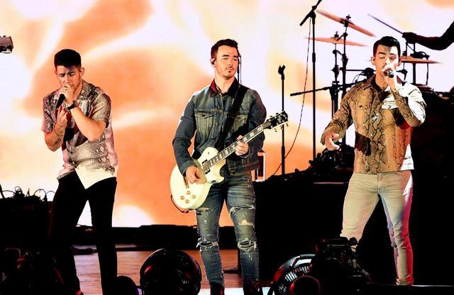 画像: ジョナス・ブラザーズのステージに現れたのは?
