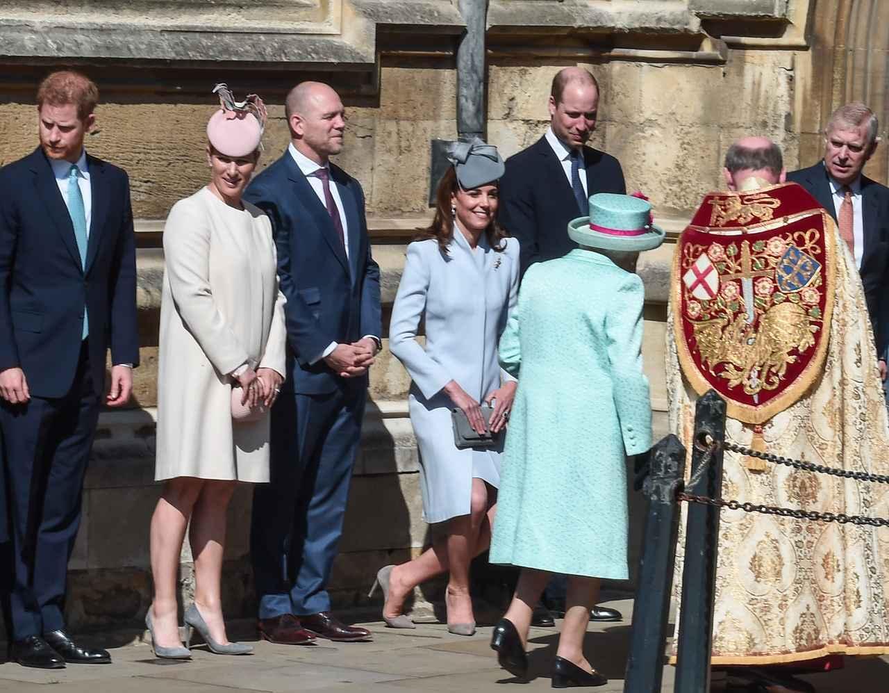 画像: キャサリン妃がエリザベス女王に対してカーテシーを行なうところも度々目撃されている。