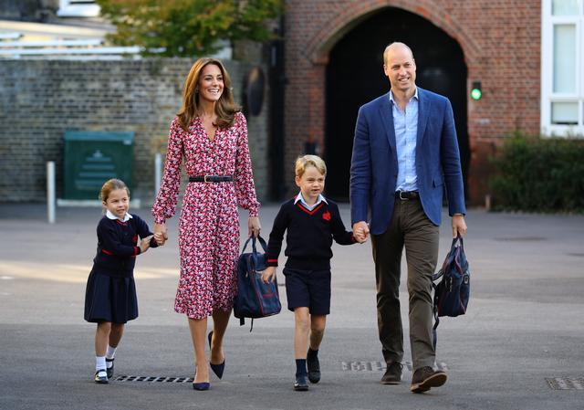 画像: 9月頭、ジョージ王子とシャーロット王女が通う小学校に2人を送り届けるキャサリン妃とウィリアム王子。