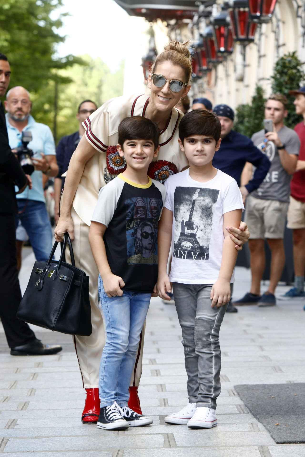 画像: セリーヌが息子たちの2ショットを公開