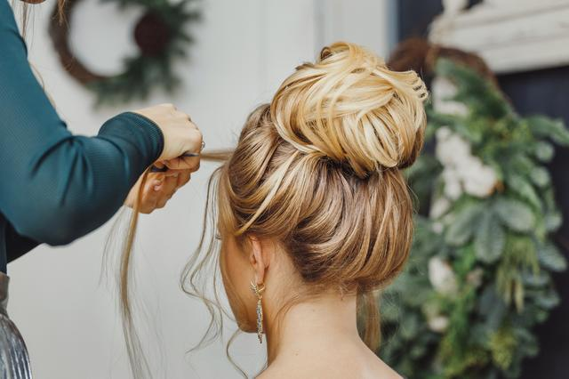 画像: 冬だから可愛い!スッキリまとめ髪は「センター分け前髪」がトレンド