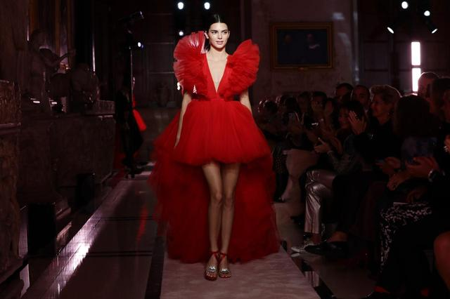 画像4: ケンダルと同じドレスを着たのは…