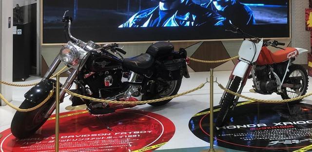 画像: 右:ホンダ「XR100R」 左:ファットボーイ