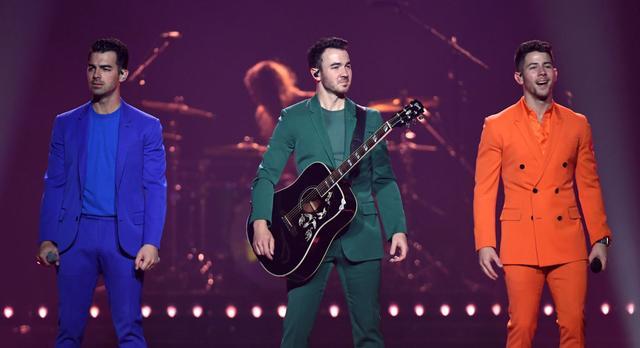 画像: 左から:ジョー、ケヴィン、ニック。写真はラスベガス公演で撮影されたもの。