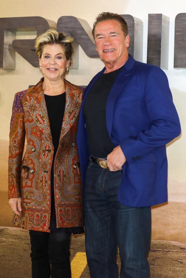 画像: 10月17日にイギリス・ロンドンで行なわれた『ターミネーター:ニュー・フェイト』のフォトコールに共演者のリンダ・ハミルトンとともに登場し、笑顔を見せたアーノルド。