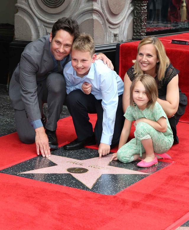 画像: 2015年にウォーク・オブ・フェイムに認定された際のお披露目イベントに、ポールは妻のジュリーと息子と娘と記念写真を撮った。