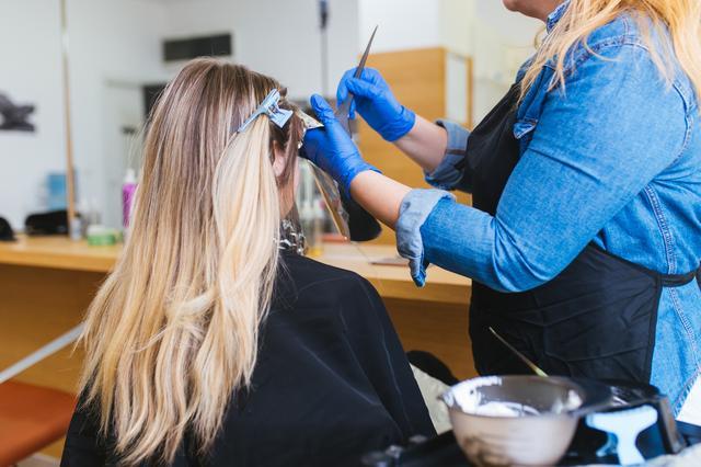 画像: 秋冬ヘアは「顔周りハイライト」がトレンド!小顔効果が期待できる旬のヘアカラーとは
