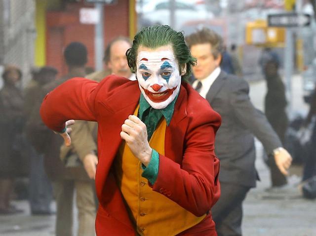 ジョーカー」がスケボーで飛ぶ!かっこよすぎて映画の\u201cあの