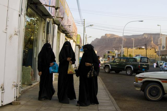 画像: アバヤを着た女性(イメージ)