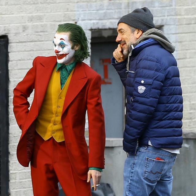 画像: 2018年11月、ニューヨーク市内で『ジョーカー』を撮影中のホアキンとフィリップス監督。