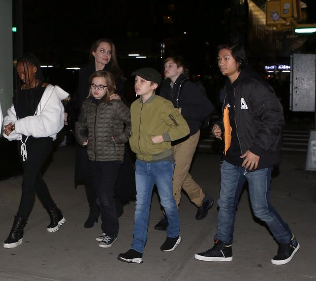 画像: 子供たちを連れてニューヨークの人気日本食レストランを訪れたアンジェリーナ。