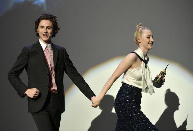 画像: ティモシーとシアーシャが優雅にダンス