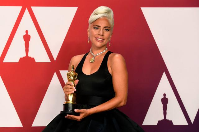 画像: ガガは初主演映画『アリー/ スター誕生』のために書き下ろした主題歌「シャロウ」のプロデュ-サーの1人として、アカデミー賞の最最優秀歌曲賞を受賞した。