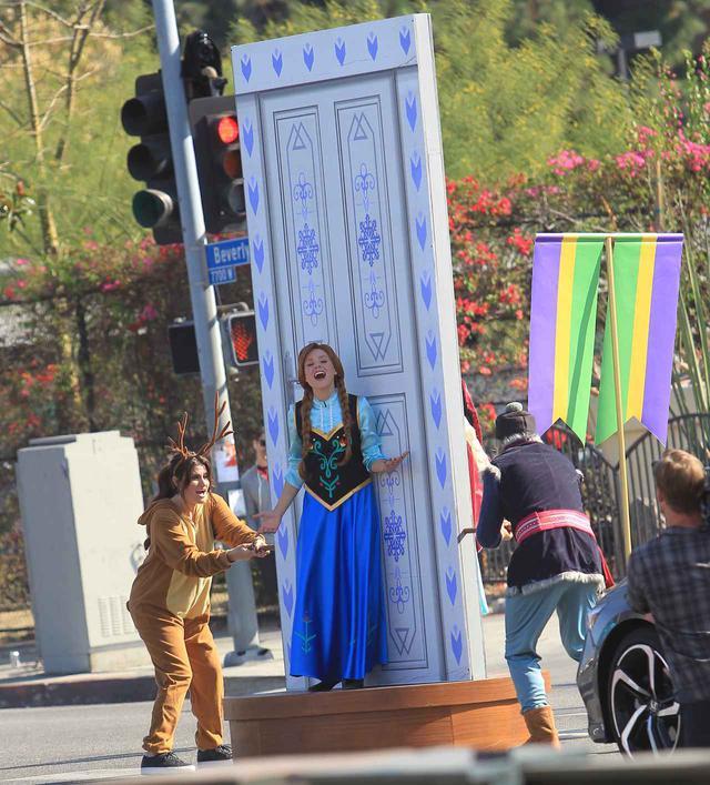 画像3: 「横断歩道ミュージカル」に『アナ雪2』のキャストが