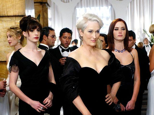 画像: 映画『プラダを着た悪魔』。左から主演のアン・ハサウェイ、メリル・ストリープ、エミリー・ブラント