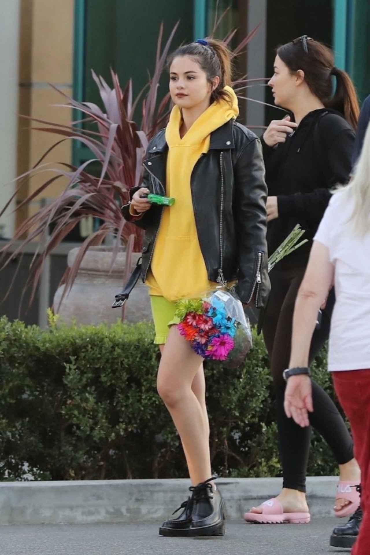 """画像: セレーナ・ゴメス、「日本語」が書かれた服を着て""""新たな趣味""""に没頭"""