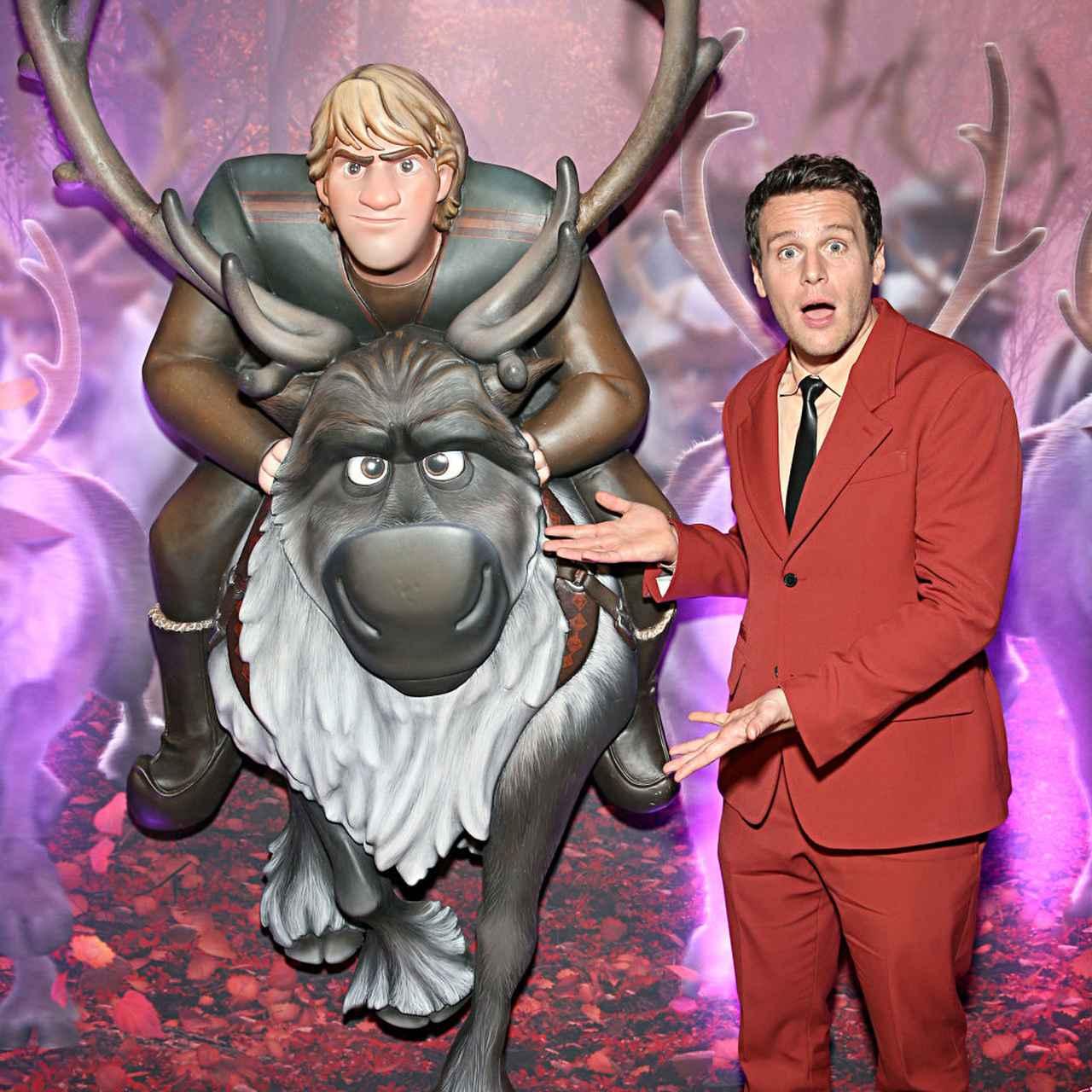 画像: 俳優のジョナサン・グロフは声の吹き替えを担当したクリストフとトナカイのスヴェンの像の前でお茶目な表情。