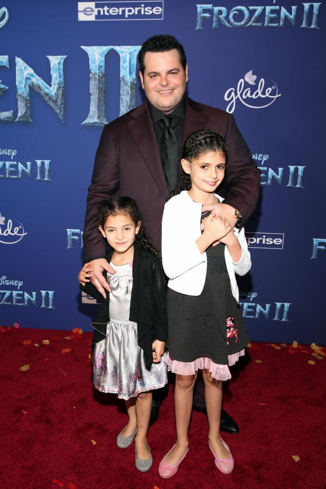 画像: オラフの声を担当した俳優のジョシュ・ギャッドは愛娘のイザベラちゃんとアヴァちゃんを同伴。