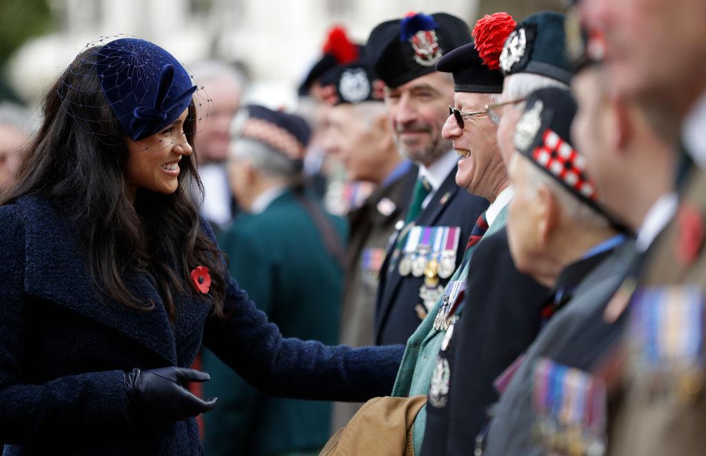 画像: 退役軍人や兵士らと交流するメーガン妃。