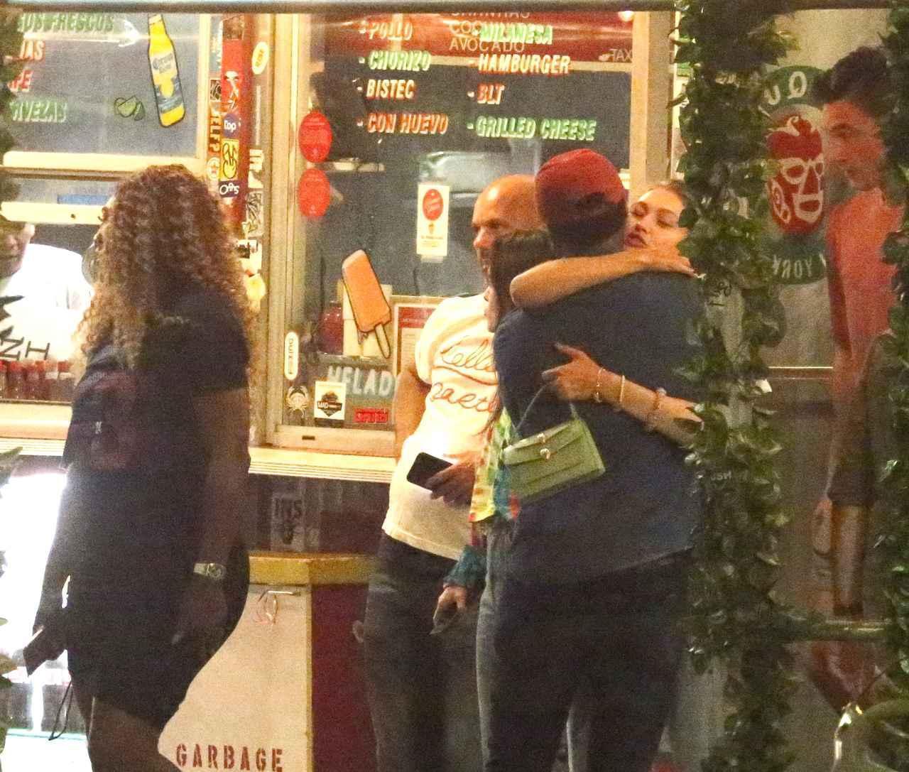 画像: タイラーがジジとセリーナらと一緒にディナーに行った際の写真。