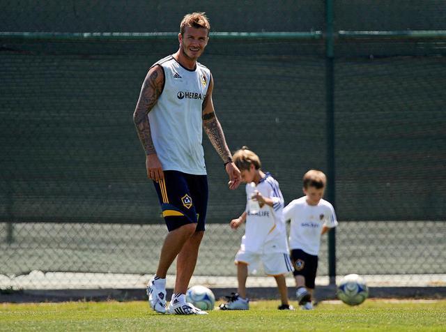 画像: 息子たちがまだ幼い頃、よくサッカーを教えていたデビッド