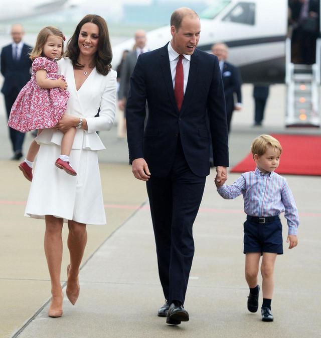 画像: キャサリン妃&ウィリアム王子夫妻には、長男のジョージ王子(右)、長女のシャーロット王女(左)のほかに次男のルイ王子がいる。