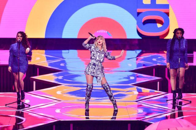画像: 中国・上海のメルセデスベンツ・スタジアムで行われた同イベントでは、「ミー!」、「ユー・二ード・トゥ・カーム・ダウン」、「ラヴァー」の3曲を披露した。