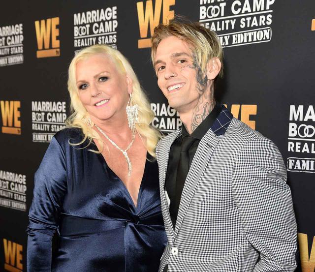 画像: 10月に行なわれたイベントにアーロンは母ジェーンと出席。