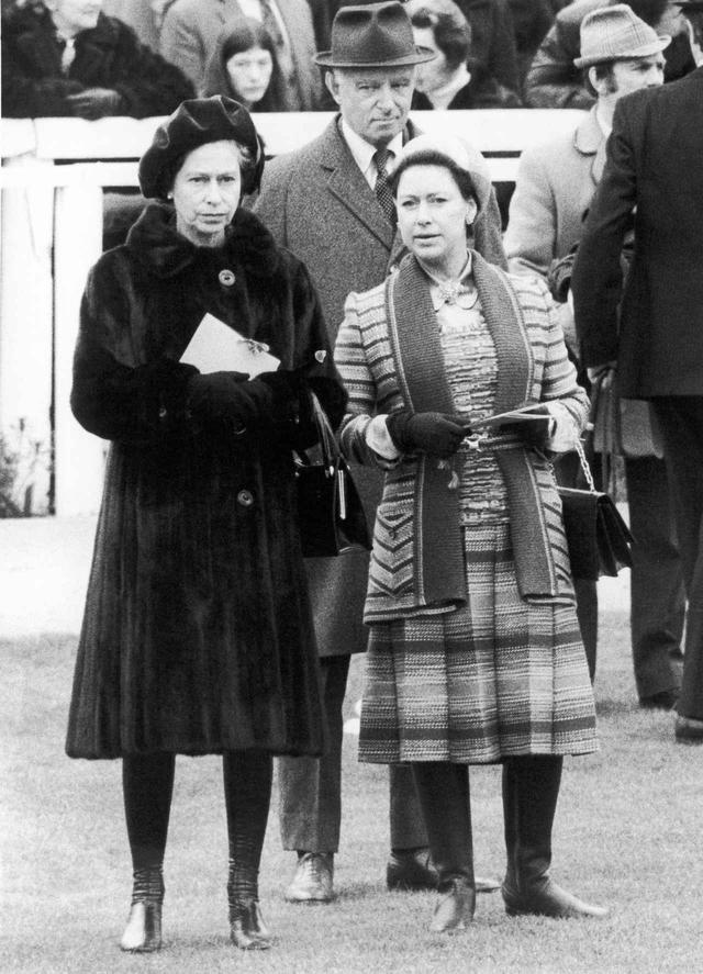 画像: エリザベス女王(左)とマーガレット王女(右)