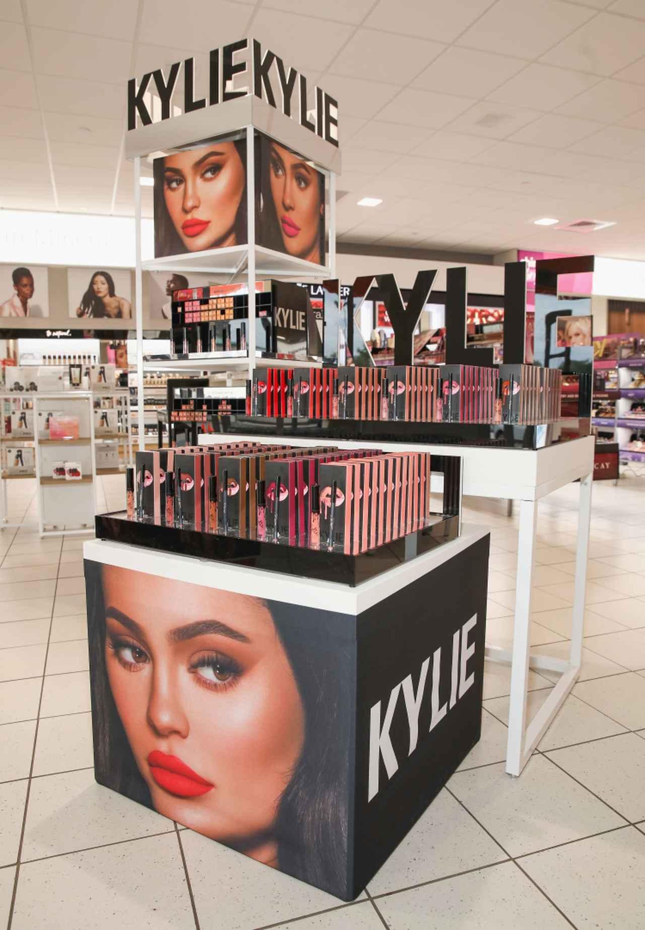 画像: ウルタ・ビューティーの店舗に設置されたカイリー・コスメティックスの販促ディスプレイ。