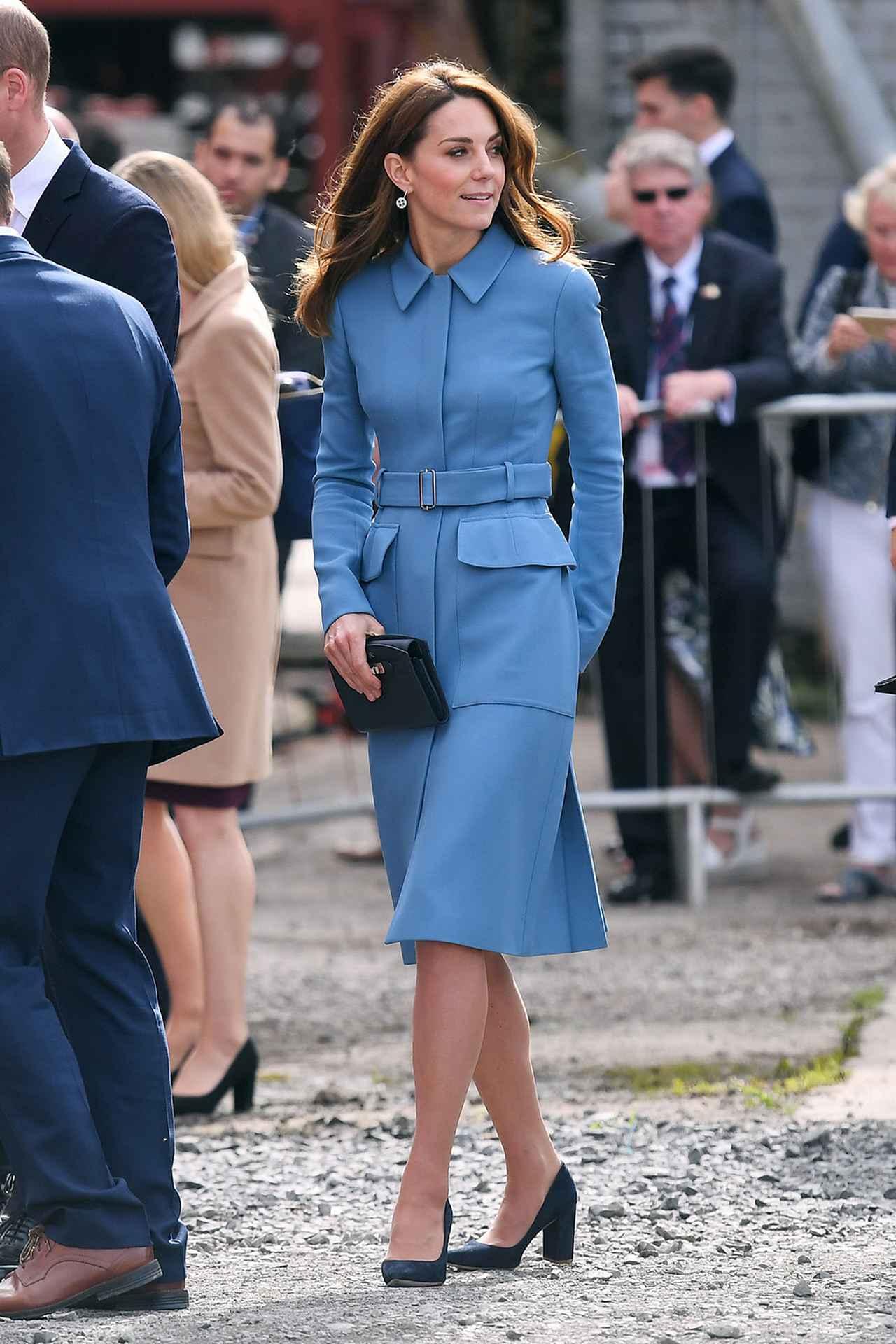画像: アレキサンダー・マックイーンのコートドレスを着用するキャサリン妃。