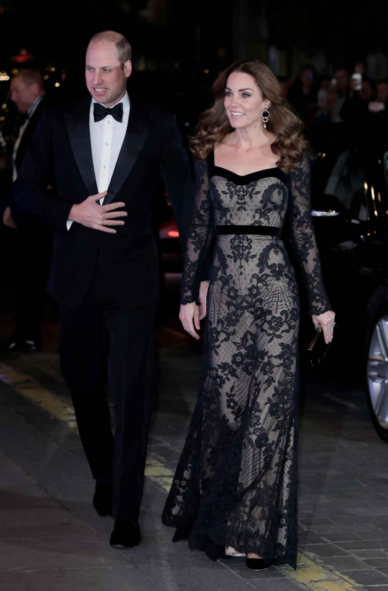 画像: 「ザ・ロイヤル・バラエティ・パフォーマンス」の会場となったロンドンのパラディウム・シアターに到着したウィリアム王子とキャサリン妃。