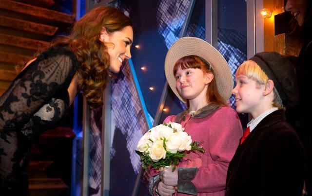 画像: キャサリン妃から花束を受け取るヌーラ・ぺバディー。
